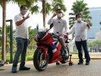 astra-motor-serahkan-cbr600rr-ke-konsumen-pertama-di-indonesia.jpg