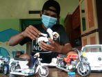 bagus-budianto-saat-mengerjakan-miniatur-sepeda-motor.jpg