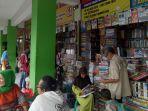 beberapa-pengunjung-toko-buku-di-salah-satu-sudut-bookstore-shopping-centre-yogyakarta_20171107_132012.jpg