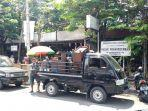 beberapa-perabotan-milik-pedagang-pasar-prawirotaman-diangkut-ke-atas-mobil-pick-up.jpg