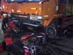 beberapa-sepeda-motor-ringsek-terjepit-truk-dan-mobil-dalam-kecelakaan-maut_20170913_085819.jpg