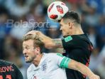 bek-timnas-kroasia-dejan-lovren-berduel-dengan-striker-timnas-inggris_20180712_133933.jpg