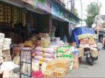 berbagai-kebutuhan-pokok-yang-dijual-di-jalan-mayor-suryotomo-kota-yogyakarta.jpg