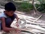 bocah-ini-sangat-terampil-menganyam-bambu_20170924_150626.jpg