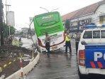 breaking-news-tak-sanggup-manuver-bus-pariwisata-terperosok-di-tugu-yogyakarta.jpg