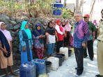 bupati-bantul-suharsono-saat-memberikan-bantuan-air-bersih-untuk-warga-gumelem.jpg