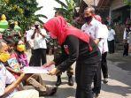 bupati-klaten-sri-mulyani-memberikan-bantuan-modal-usaha-dan-sembako-kepada-korban-hipnotis.jpg