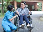 caregiver-insan-medika-merawat-pasien.jpg