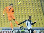 cristiano-ronaldo-melompat-untuk-mencetak-gol-di-serie-a-italia-parma-vs-juventus.jpg