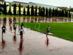 eserta-final-atletik-lari-200-meter-putra-popda-diy-berlari-di-bawah-guyuran-hujan_20170430_164628.jpg