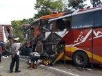 evakuasi-body-bus-sugeng-rahayu-yang-terlibat-laka-lantas-2392021.jpg