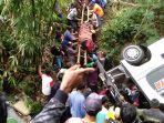 evakuasi-korban-laka-bus-masuk-jurang_20170226_170847.jpg