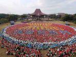 flashmob-mahasiswa-baru-ugm-membentuk-logo-asean_20180116_172137.jpg
