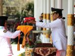 gubernur-di-yogyakarta-sri-sultan-hb-x-menyerahkan-sang-saka-merah-putih_20180817_204540.jpg
