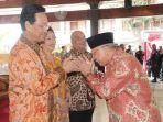gubernur-diy-sri-sultan-hamengku-buwono-x-kiri-bersalaman-dengan-bupati-bantul_20180625_150744.jpg