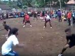 gunakan-seragam-sepak-bola-lengkap-sekelompok-pria-ini-sedang-bertanding-permainan-ini_20171206_175328.jpg