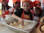 harris-hotel-solo-ajak-anak-anak-belajar-bikin-kue-donat-lewat-kids-cooking-class.jpg