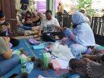 ibu-ibu-di-desa-sendangarum-dapat-pelatihan-membuat-masker-dan-tahu-walik.jpg