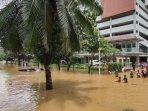 info-banjir-jakarta-kawasan-elite-berubah-seperti-sungai-berair-cokelat.jpg
