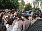 insiden-percekcokan-kuasa-hukum-rizieq-shihab-dengan-polisi-terjadi-di-depan-pn-jaktim.jpg