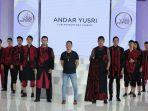 iskandar-yusri-tengah-saat-tampil-dengan-karya-busananya_20171218_085759.jpg