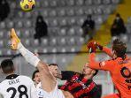ivan-provedel-dan-zlatan-ibrahimovic-di-liga-italia-serie-a-spezia-vs-ac-milan-pada-13-februari-2021.jpg