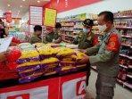 jelang-lebaran-satpol-pp-diy-razia-sertifikat-aman-bahan-makanan-di-sejumlah-supermarket.jpg