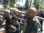jemaat-gkj-karangdowo-memikul-salib-dalam-prosesi-jalan-salib_20180330_134254.jpg