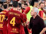 jose-mourinho-berbicara-dengan-bryan-cristante-di-liga-italia-antara-as-roma-vs-sassuolo.jpg