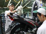 karyawan-ahm-sedang-merakit-sepeda-motor-honda-supra-x-125-fi.jpg