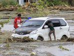 kendaraan-terendam-lumpur-saat-banjir-bandang-di-sentani.jpg