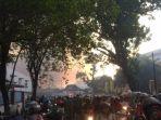 kerumunan-warga-melihat-bangunan-pasar-legi-solo-yang-terbakar_20181029_180047.jpg