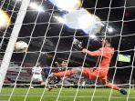 kiper-david-de-gea-gagal-menyelamatkan-bola-di-semi-final-liga-eropa-sevilla-v-manchester-united.jpg