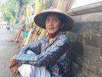 kisah-mbah-sugi-penjual-sapu-keliling-di-yogyakarta-tetap-semangat-berjualan-di-usia-senja.jpg