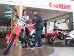 konsumen-sepeda-motor-honda-mengamati-honda-crf150l_20180114_145031.jpg