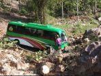 kronologi-minibus-rombongan-kemenag-kediri-masuk-jurang-sedalam-20-meter-semua-penumpang-selamat.jpg