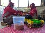kwt-putri-manunggal-sedang-mengemas-produk-bawang-merah.jpg