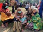 lansia-di-pengungsian-konsisten-menggunakan-masker.jpg