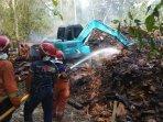 limbah-tripleks-di-bantul-terbakar-alat-berat-dan-puluhan-petugas-pemadam-kebakaran-dikerahkan.jpg