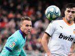 maxi-gomez-mencetak-dua-gol-saat-valencia-vs-barcelona-di-pekan-ke-21-la-liga-spanyol.jpg
