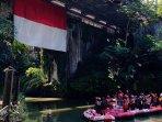 merah-putih-raksasa-berkibar-gagah-di-bawah-jembatan-blondo-di-atassungai-elo-magelang.jpg