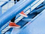mimpi-menaiki-atau-menuruni-tangga.jpg