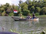 naik-perahu-susuri-sungai-opak-pasangan-halim-joko-resmi-deklarasi-maju-pilkada-bantul.jpg