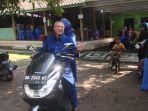 naik-sepeda-motor-bersama-istri-bupati-suharsono-nyoblos-di-tps-073-demangan.jpg