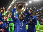 ngolo-kante-mengangkat-trofi-liga-champions-setelah-laga-final-manchester-city-vs-chelsea.jpg