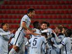olivier-giroud-selebrasi-setelah-cetak-gol-kedua-tim-di-liga-champions-rennais-v-chelsea.jpg