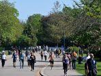 orang-orang-berjalan-di-victoria-park-london-timur-selama-akhir-pekan-selama-penguncian-nasional.jpg
