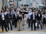 orang-orang-memakai-masker-di-tengah-kekhawatiran-virus-corona-covid-19-di-tokyo-26-mei-2020.jpg