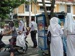 orang-tua-sedang-menjemput-siswa-di-salah-satu-smp-negeri-di-kota-yogyakarta.jpg