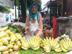 pantang-minta-belas-kasihan-nenek-74-tahun-tekuni-berjualan-buah-segar-di-pasar-lempunyangan.jpg